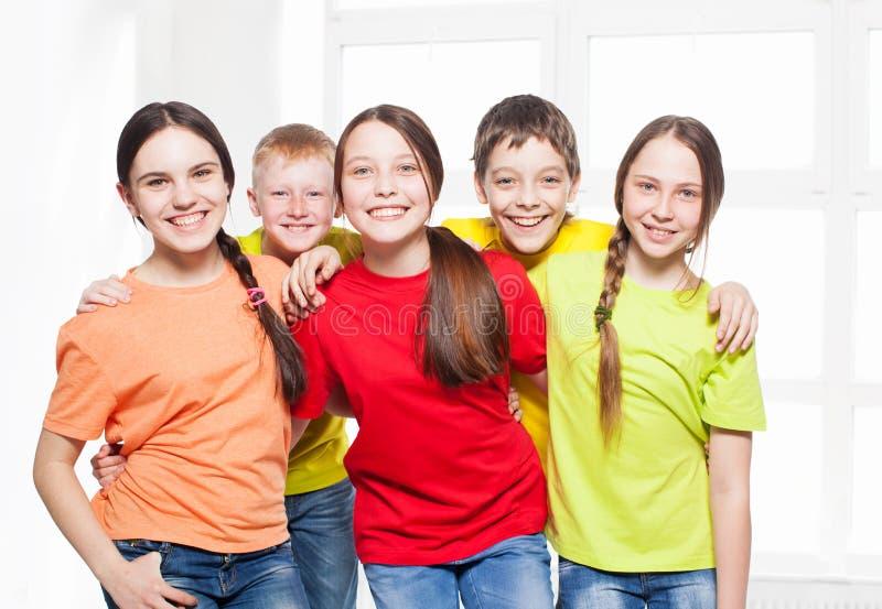 Bambini felici del gruppo a scuola immagine stock libera da diritti