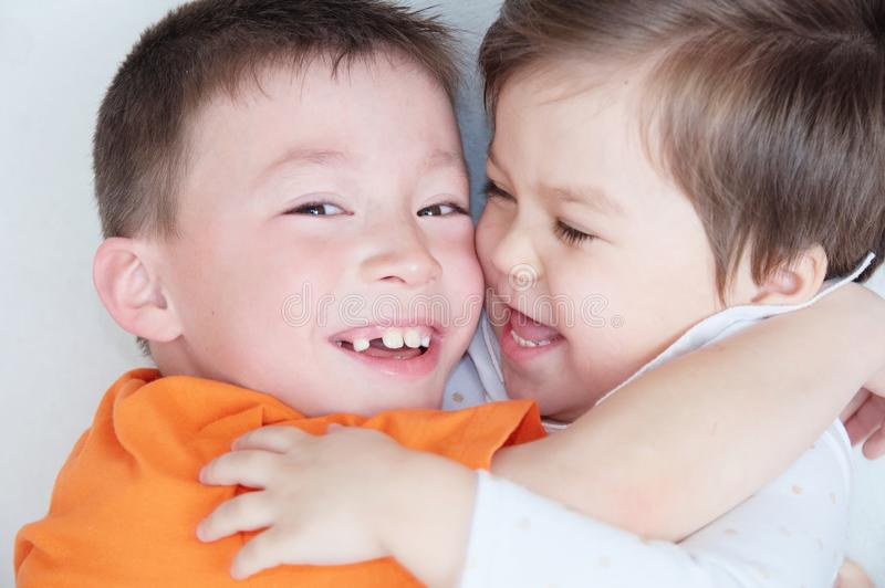 Bambini felici, bambini di risata che si abbracciano, ritratto del primo piano del ragazzo e bambina, felicità nell'infanzia fotografia stock libera da diritti