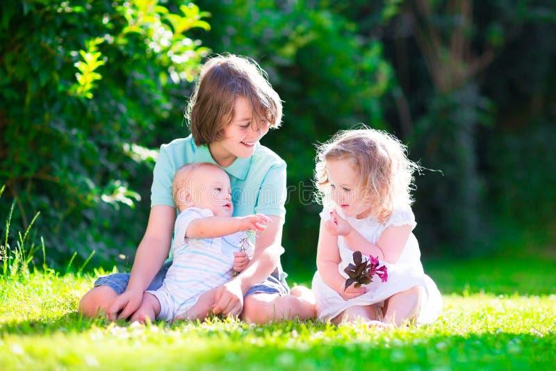 Bambini felici nel giardino immagini stock libere da diritti