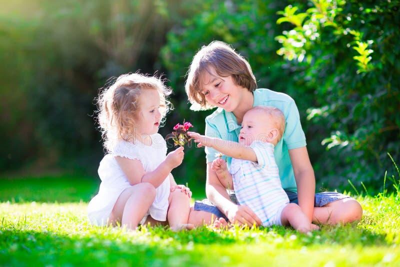 Bambini felici nel giardino immagini stock