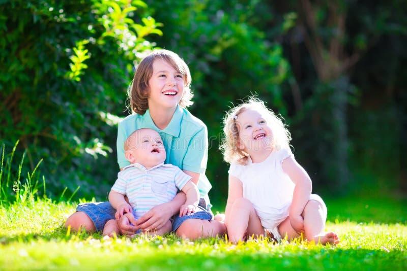 Bambini felici nel giardino fotografie stock libere da diritti
