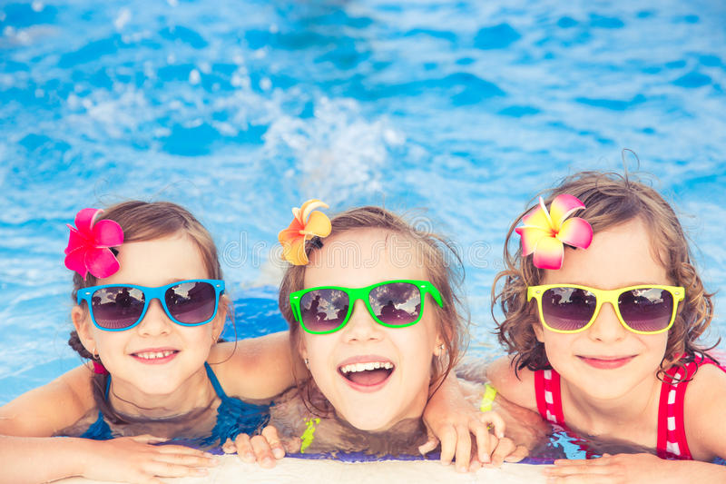 Bambini felici nella piscina fotografie stock
