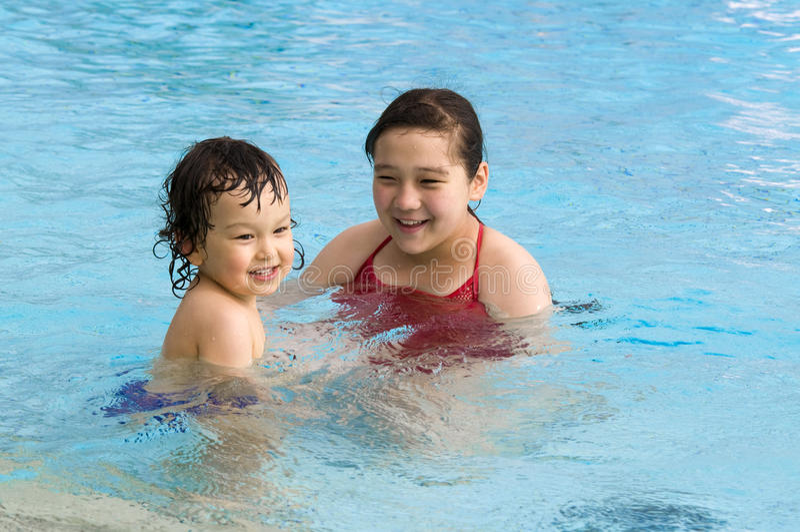 Bambini felici in raggruppamento. immagine stock libera da diritti