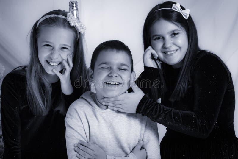 Bambini felici - ritratto in bianco e nero dello studio immagine stock libera da diritti