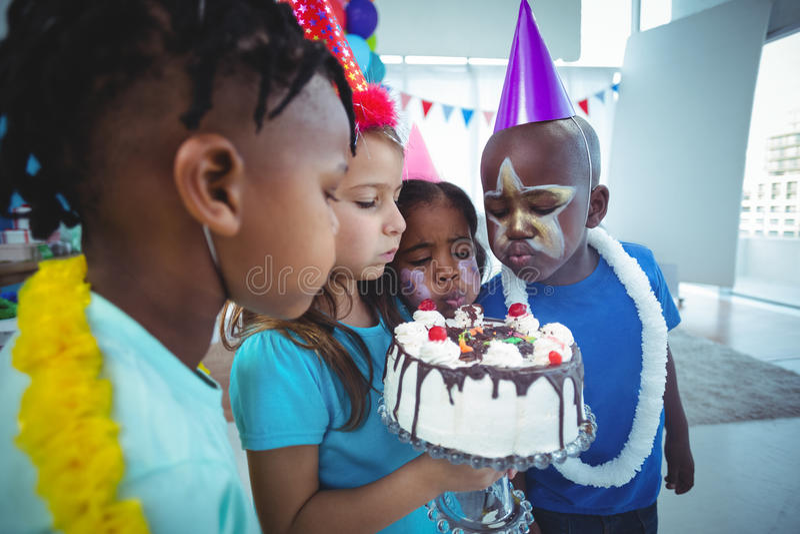 Bambini felici riuniti insieme fotografia stock libera da diritti