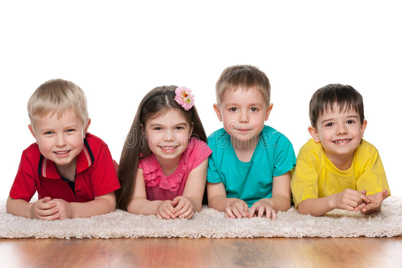 Bambini felici sul tappeto bianco fotografie stock libere da diritti
