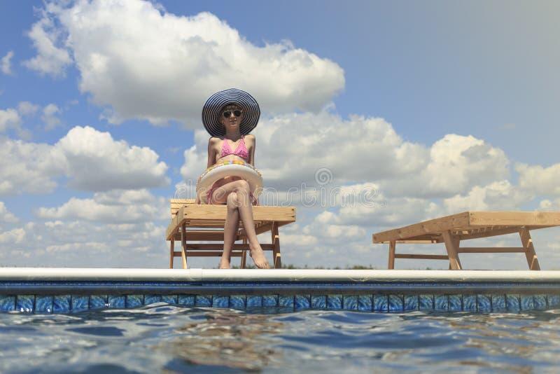 Bambini felici sulla spiaggia durante l'estate fotografia stock