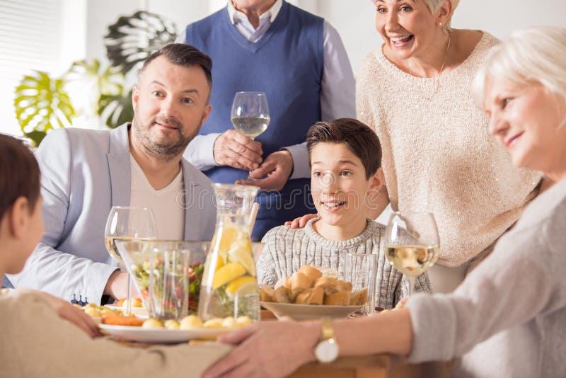 Bambini, genitori e nonni fotografie stock