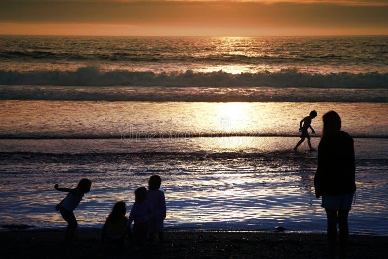Bambini in giovane età alla spiaggia immagine stock