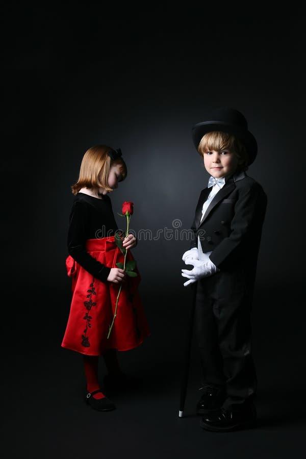 Bambini in giovane età in vestiti convenzionali fotografie stock