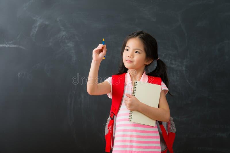 Bambini graziosi della bambina che usando la nota di scrittura della penna immagine stock libera da diritti