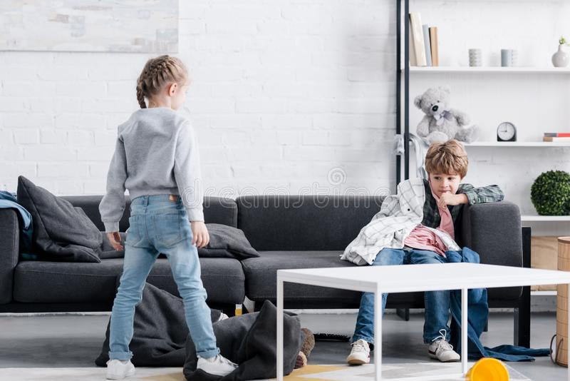 bambini impertinenti che giocano con i vestiti fotografia stock libera da diritti