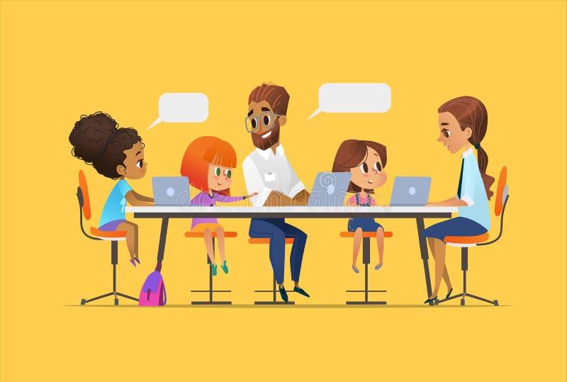 Bambini, istitutore felice ed insegnante sedentesi ai computer portatili ed imparanti programmazione durante la lezione della scu royalty illustrazione gratis