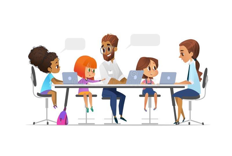 Bambini, istitutore felice ed insegnante sedentesi ai computer portatili ed imparanti programmazione durante la lezione della scu illustrazione vettoriale