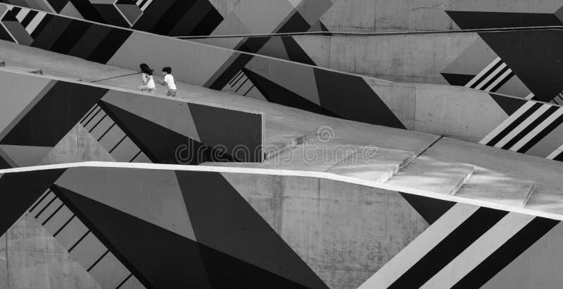 Bambini liberi felici che corrono verso l'alto attraverso una rampa artistica fotografie stock