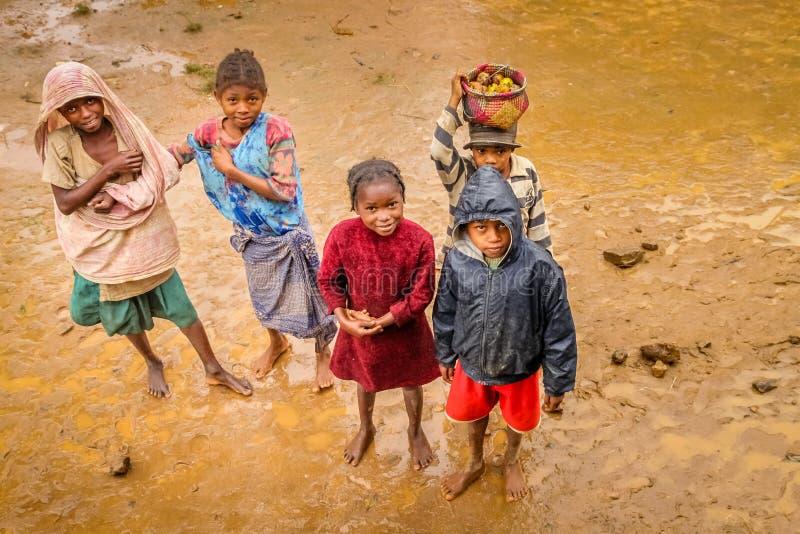 Bambini malgasci nel fango fotografia stock