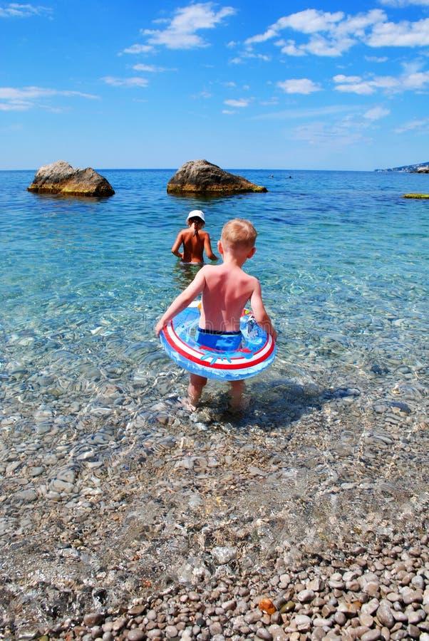 Bambini in mare immagini stock