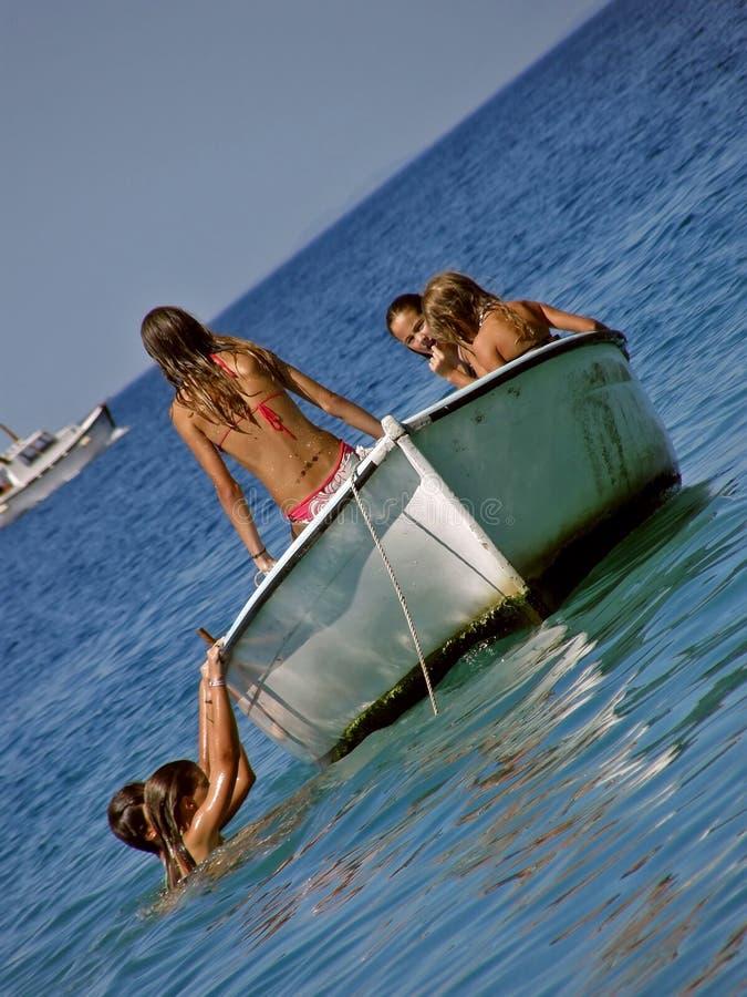 Bambini nel divertimento di estate sulla barca in mare fotografie stock libere da diritti
