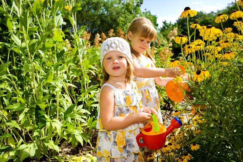 Bambini nel giardino fotografie stock