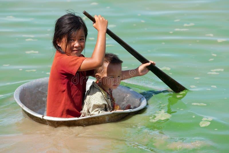 Bambini nel lago sap di Tonle in Cambogia fotografie stock libere da diritti
