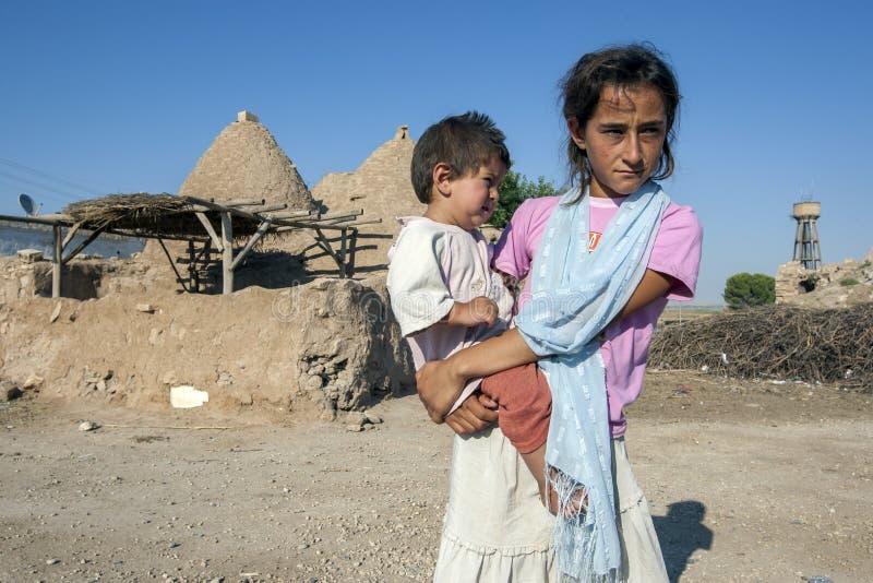 Bambini nella città antica di Carre in Turchia sudorientale fotografie stock libere da diritti