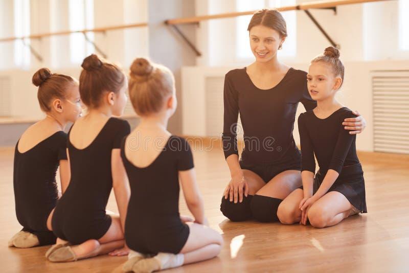 Bambini nella classe di balletto fotografie stock