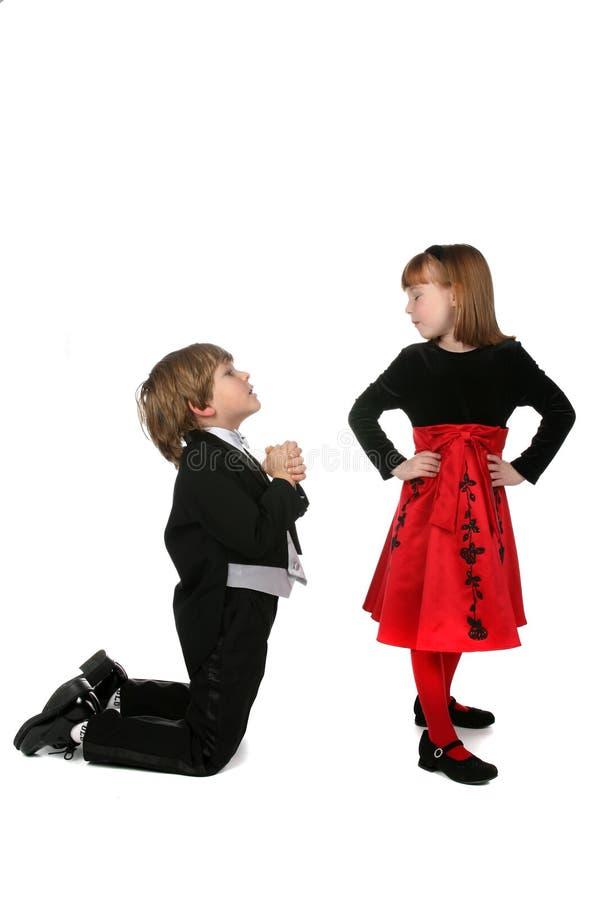 Bambini nella proposta convenzionale dei vestiti immagini stock libere da diritti