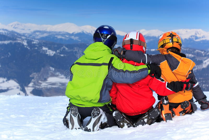 Bambini in neve sulla montagna fotografia stock