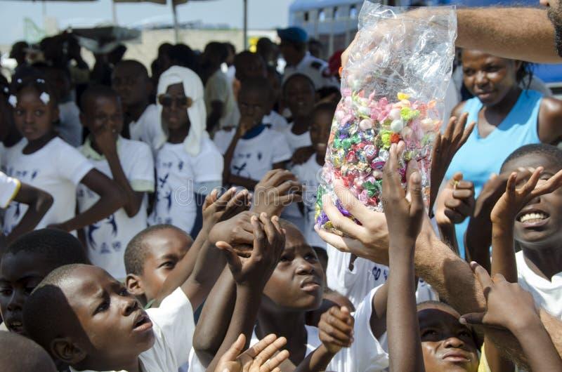 Bambini poveri che ottengono le caramelle immagini stock