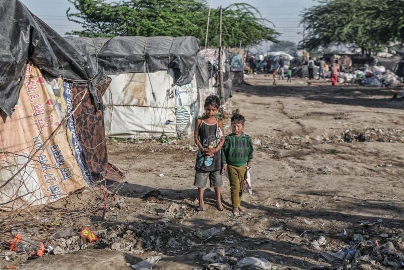 Bambini poveri a loro casa fotografia stock