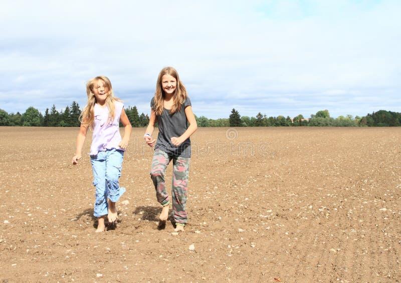 Bambini - ragazze che ballano sul campo immagine stock libera da diritti
