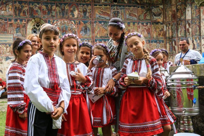 Bambini rumeni che celebrano le tradizioni in vestito nazionale immagini stock libere da diritti