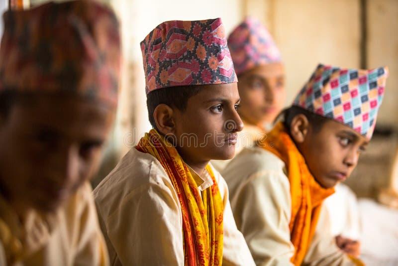 Bambini sconosciuti durante la lettura dei testi in sanscrito alla scuola di Jagadguru fotografie stock