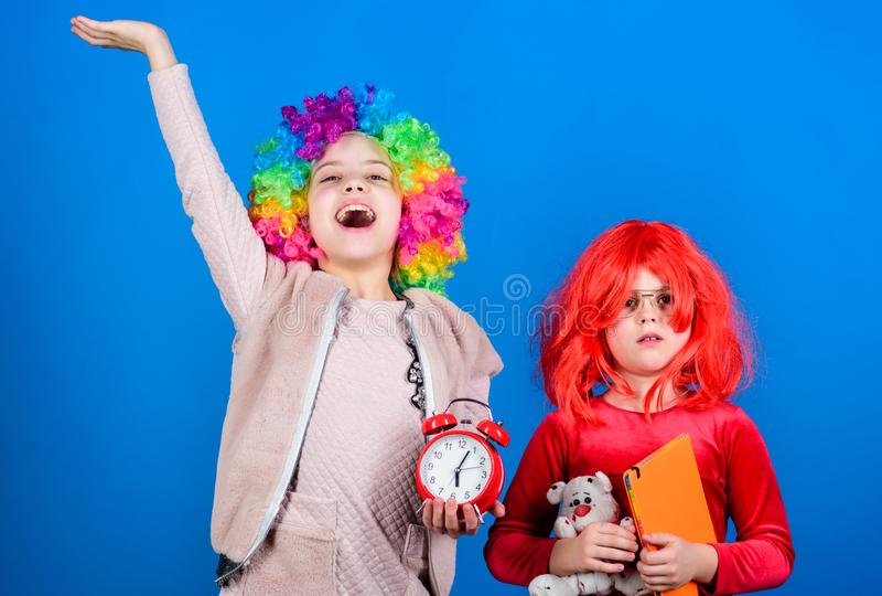 Bambini seri al loro gioco Piccoli bambini svegli che indossano i capelli variopinti della parrucca Piccoli bambini di Adorbale c fotografia stock