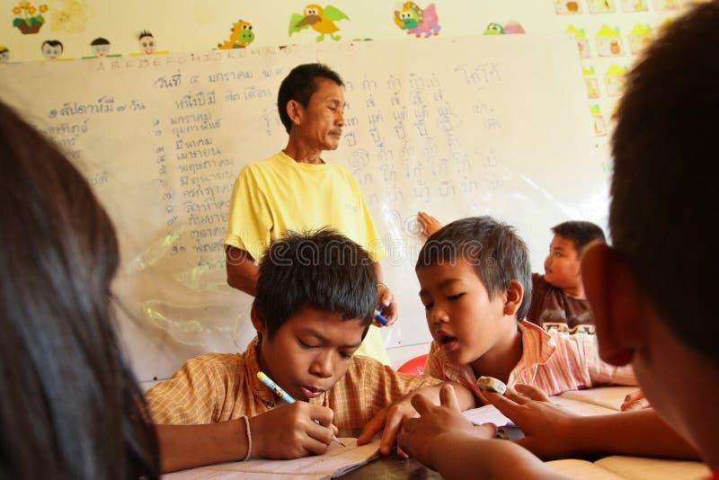 Bambini sfavoriti guida in Tailandia fotografie stock