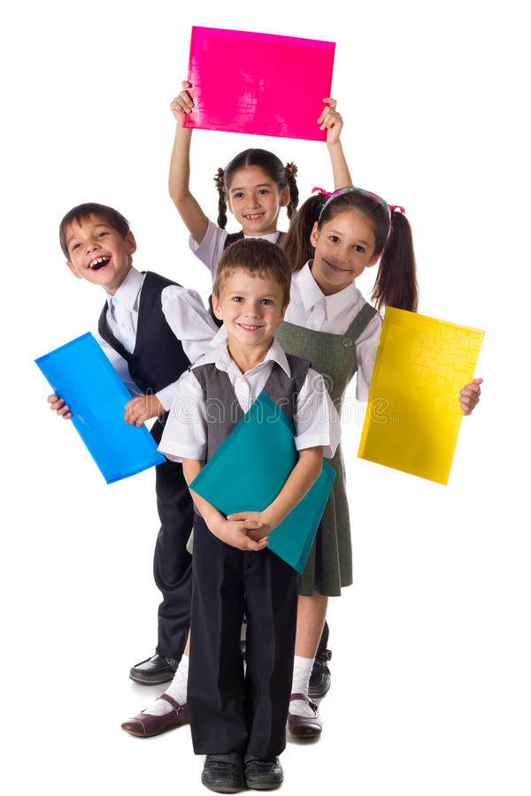 Bambini sorridenti che stanno con le cartelle immagine stock libera da diritti