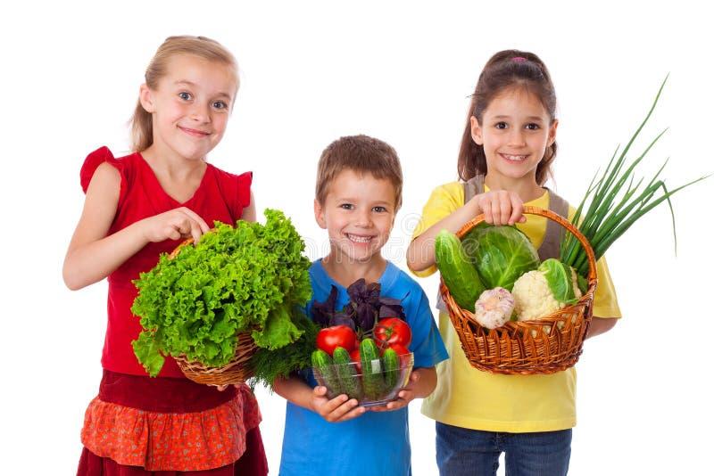 Bambini sorridenti con la verdura fresca immagini stock libere da diritti