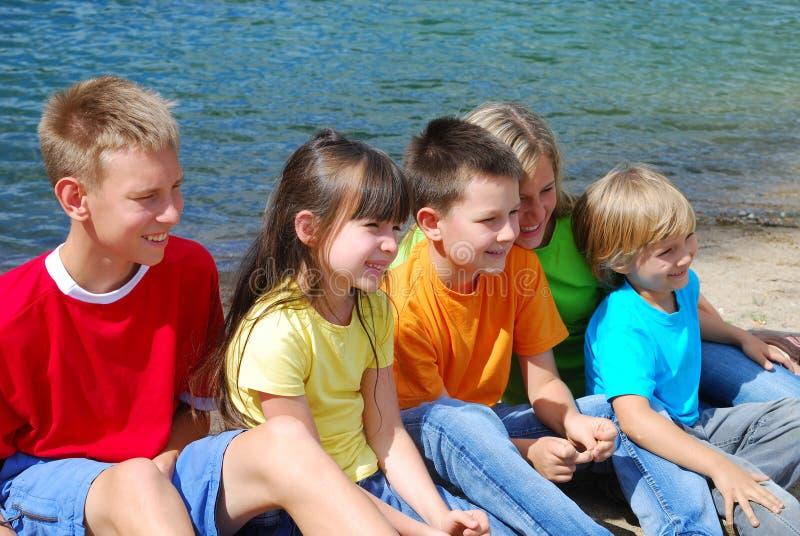 Bambini sorridenti da un lago fotografia stock libera da diritti
