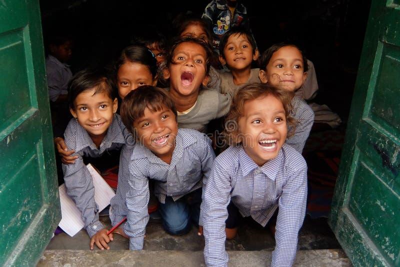 Bambini sorridenti a scuola indiana locale immagini stock