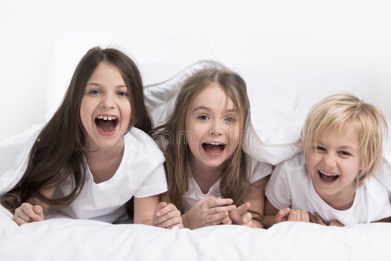 Bambini sotto la coperta fotografie stock libere da diritti