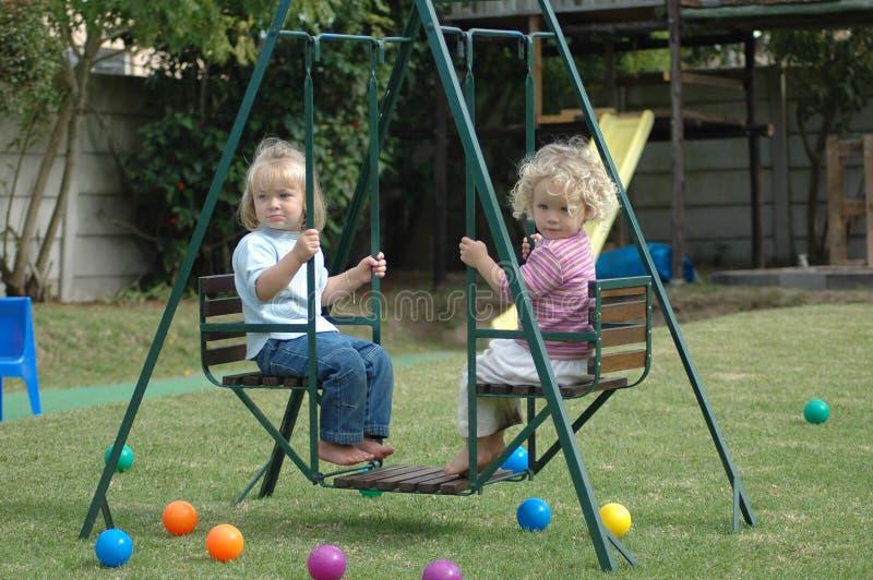 Bambini su oscillazione fotografia stock libera da diritti
