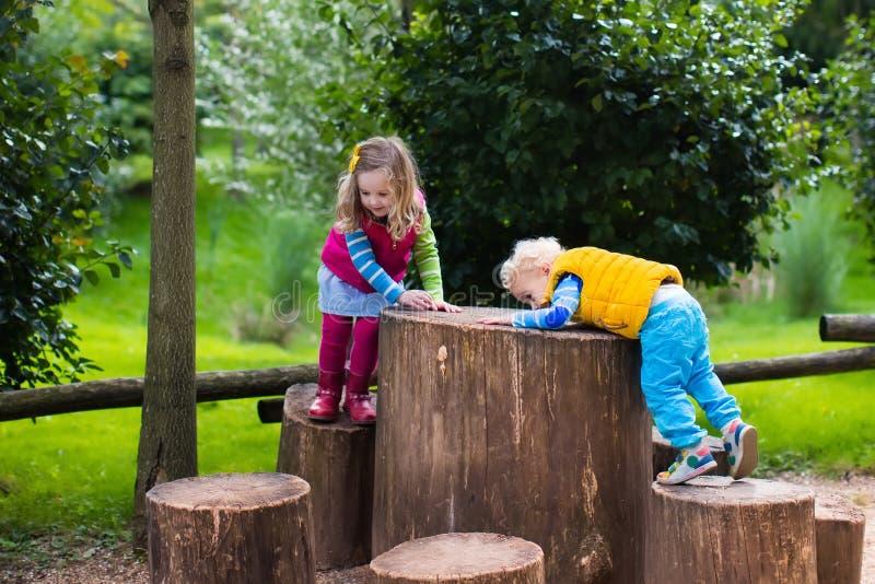 Bambini su un campo da giuoco fotografia stock
