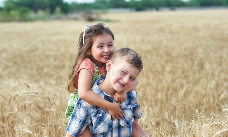 Bambini su una passeggiata in un campo di grano fotografia stock