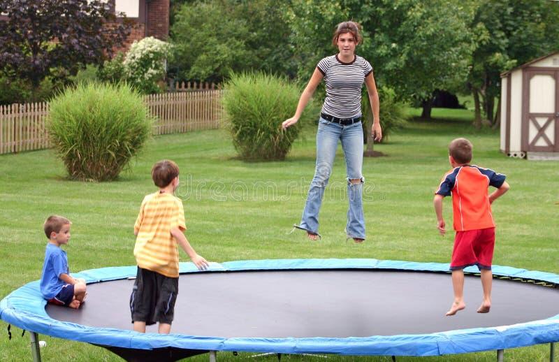 Bambini sul trampolino fotografia stock libera da diritti