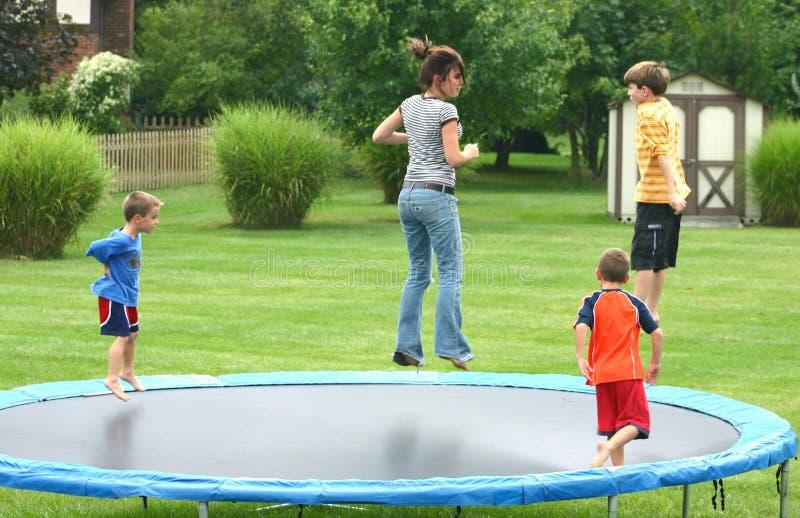 Bambini sul trampolino fotografia stock