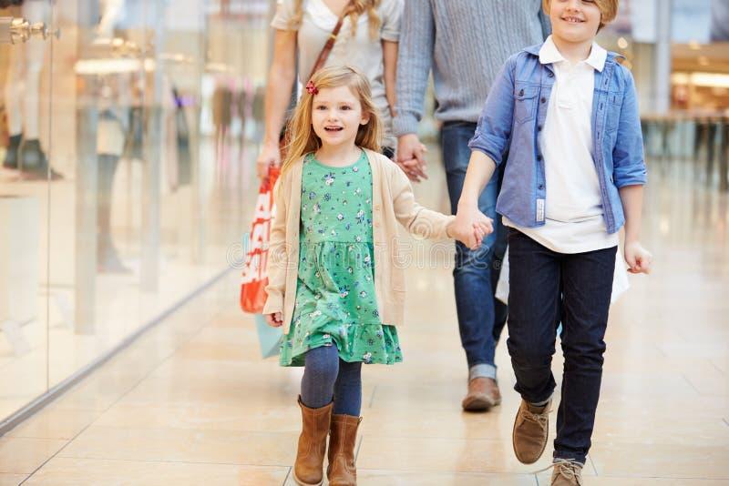 Bambini sul viaggio al centro commerciale con i genitori fotografia stock