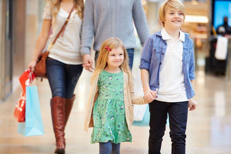 Bambini sul viaggio al centro commerciale con i genitori fotografia stock libera da diritti