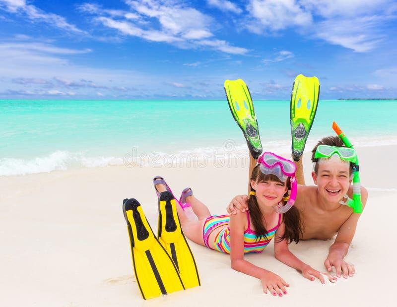 Bambini sulla spiaggia con la presa d'aria fotografie stock libere da diritti