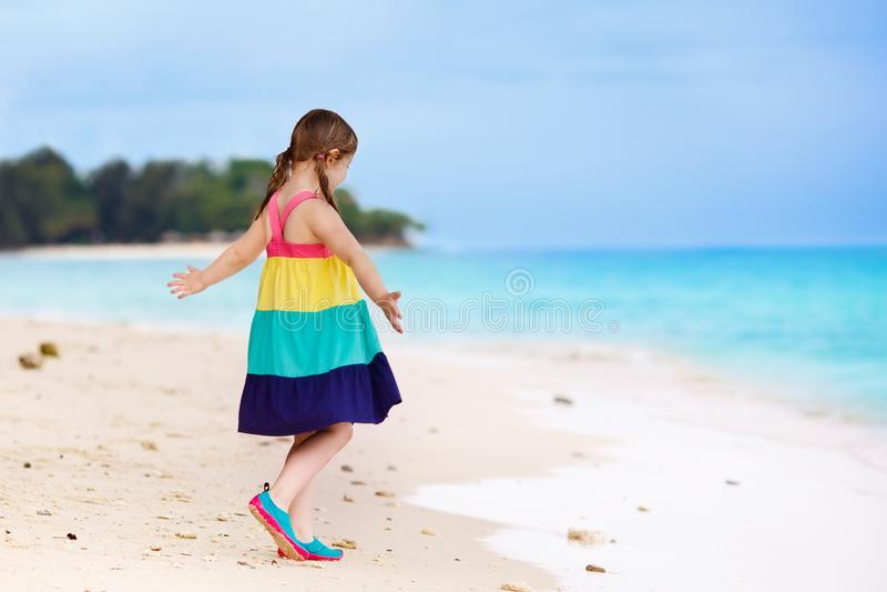 Bambini sulla spiaggia tropicale Gioco dei bambini  in mare fotografia stock libera da diritti
