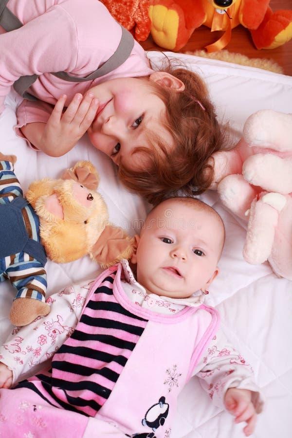 Bambini svegli con i giocattoli immagine stock libera da diritti